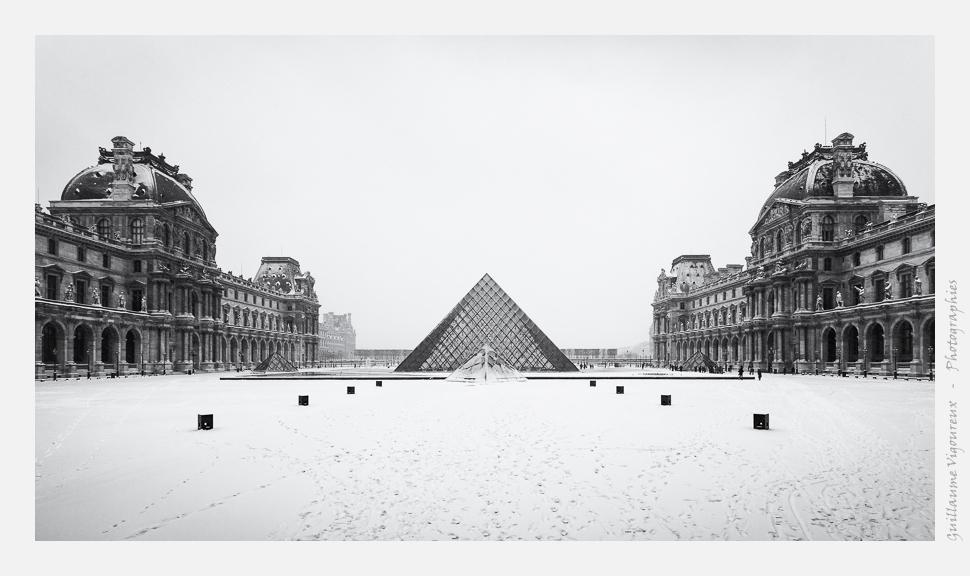 Le Louvre et sa pyramide givrée